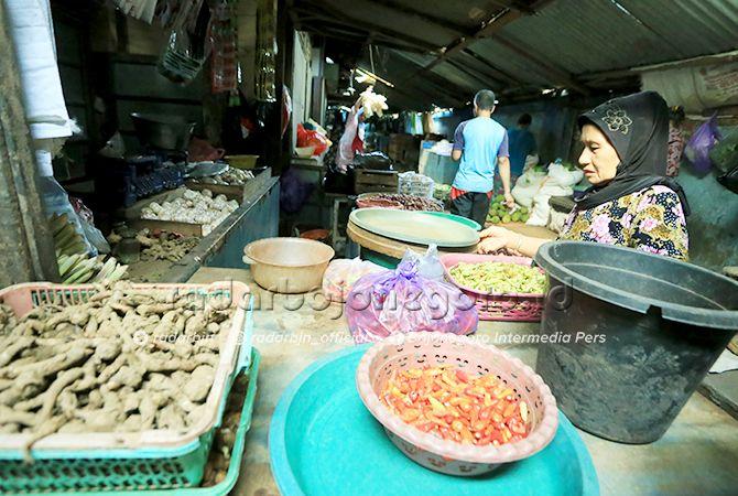 EKONOMI: Suasana Pasar Kota kemarin siang (24/4). Pemkab diminta segera mengatur strategi untuk mengatasi terjadinya inflasi saat Ramadan mendatang.