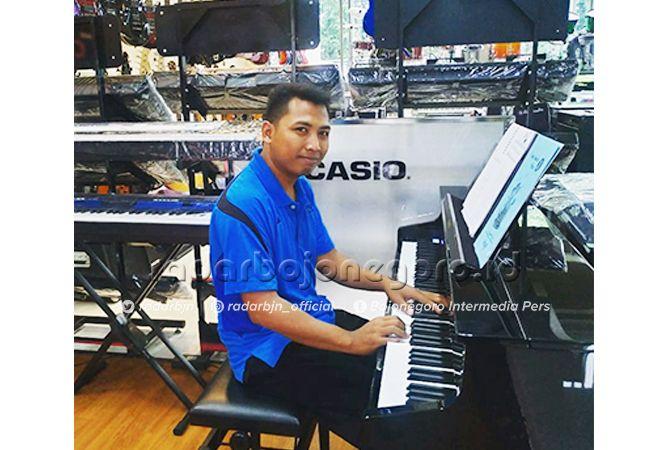 SENIMAN: Choyr Sudarmono asyik di antara beberapa keyboard. Dia telah menciptakan tiga lagu lokal dan pop.