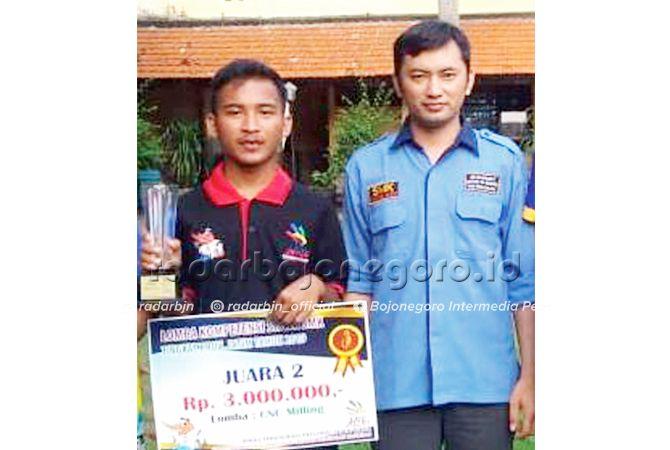 MEMBANGGAKAN: Saiful Falah, peraih juara 2 LKS Provinsi Jawa Timur bidang CNC Milling bersama guru pendamping, Muhadi, S.Pd.