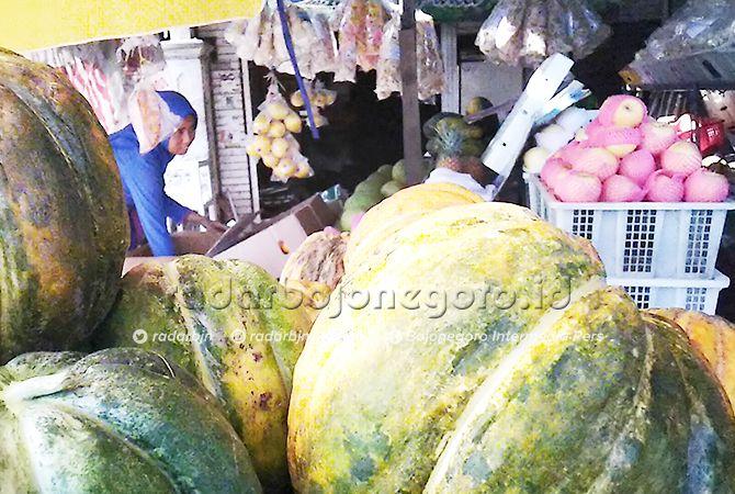 LARIS: Para penjual buah sudah mulai menyediakan blewah.