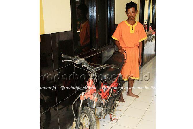 BARANG BUKTI: Tersangka dan motor hasil curiannya yang telah diganti ban.