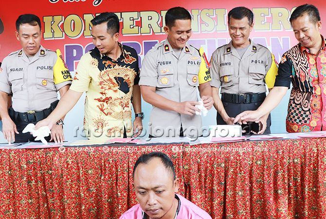 DITAHAN: Kades Glondonggede Kastur saat diamankan di Polres Tuban pekan lalu.