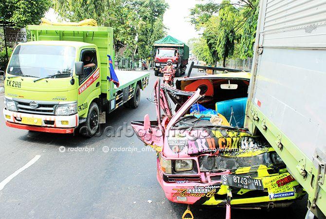 RINGSEK: Pikap yang terlibat dalam laka beruntun di perempatan Kapur saat dievakuasi petugas kemarin (7/4) siang.