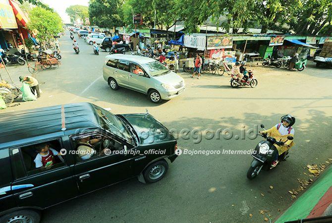 SEMRAWUT: Pertigaan di Pasar Kota Bojonegoro masih terjadi kepadatan kendaraan. Perlu ada penanganan.