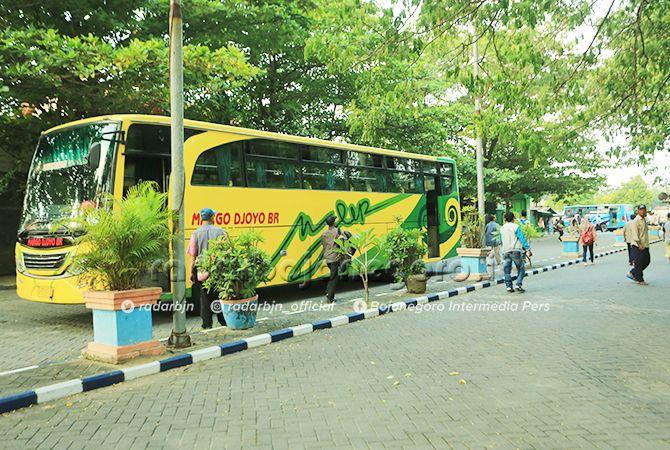 BELUM PADAT: Kondisi terminal bus Rajekwesi saat penurunan penumpang dari Surabaya (11-5) terlihat masih belum padat.