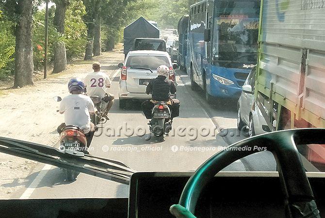 PADAT: Di beberapa titik Jalan Bojonegoro-Babat sering macet. Rencananya jalan ini akan dilebarkan.