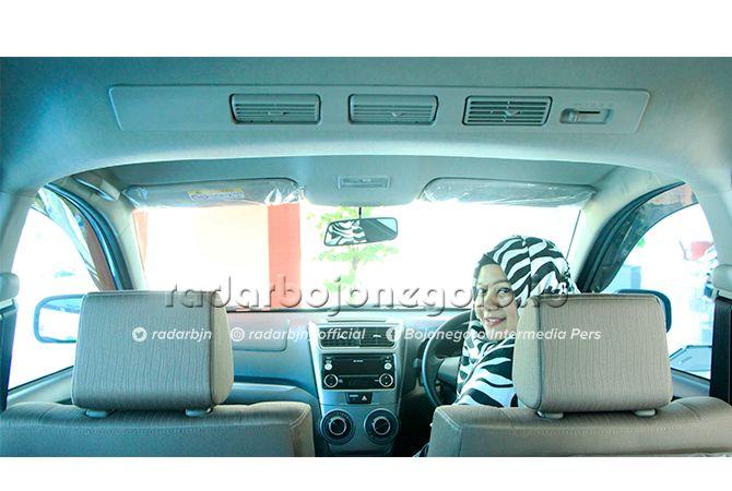 DIBURU: Salah satu sales konter diler menunjukkan mobil MPV yang paling diburu konsumen di Tuban.