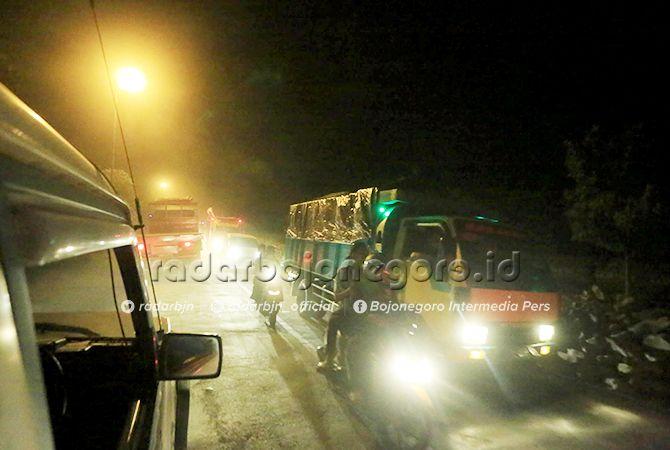MACET: Arus lalu lintas macet panjang di desa sudu gayam akibat efek dari pelebaran jalan.