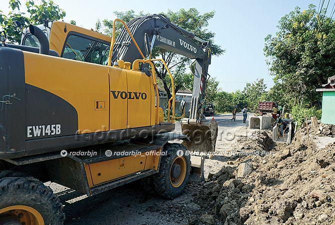 SAMBUT PEMUDIK: Pelebaran Jalan Bojonegoro-Cepu persisnya di Kecamatan Gayam. Kapolres meminta H-10 pekerjaan dihentikan.