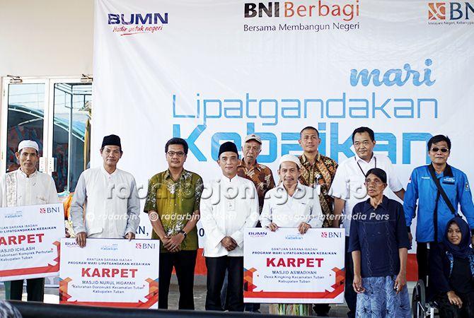 KEBERSAMAAN: Head of Business Banking BNI Wilayah Surabaya Handoko Adi Nugroho (empat dari kiri) dan Kabid Pelayanan dan Rehabilitasi Sosial Dinas Sosial Pemberdayaan Perempuan dan Perlindungan Anak Tuban Minto Bachtiar (tiga dari kiri) foto bersama denga