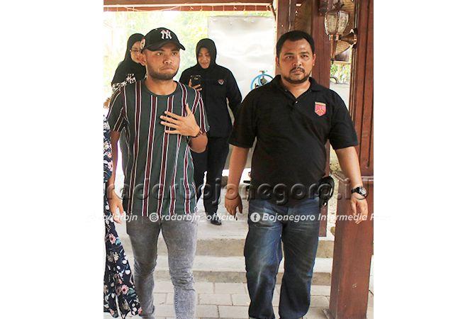 PIKIR – PIKIR: Saddil Ramdhani (kiri) di salah satu hotel ketika berdamai terkait kasus penganiayaan kepada mantan kekasihnya. Dia kemarin tetap divonis bersalah dan dihukum tiga bulan. Saddil menyatakan pikir – pikir.