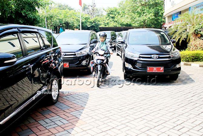 TIDAK BOLEH DIBAWA KE LUAR KOTA: Mobil dinas milik Pemkab Lamongan saat diparkir.