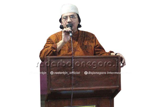 TERIMA KASIH: KH Najib Muhammad (Gus Najib) putra KH Muhyiddin Munawwar, pengasuh Pondok Pesantren Mansyaul Huda 02 Jatisari Senori saat memberikan sambutan dan tausiyah.