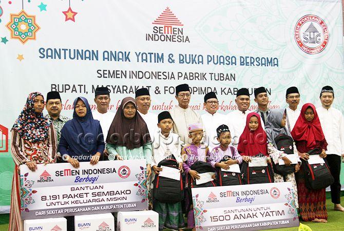 KEBERSAMAAN: Bupati Tuban Fathul Huda dan Executive Vice President (EVP) of Plant Operational Semen Indonesia (SI) Mukhamad Saifudin bersama anggota forkopimda foto bareng bersama anak yatim dan penerima bantuan paket sembako pada acara buka bersama di Ge