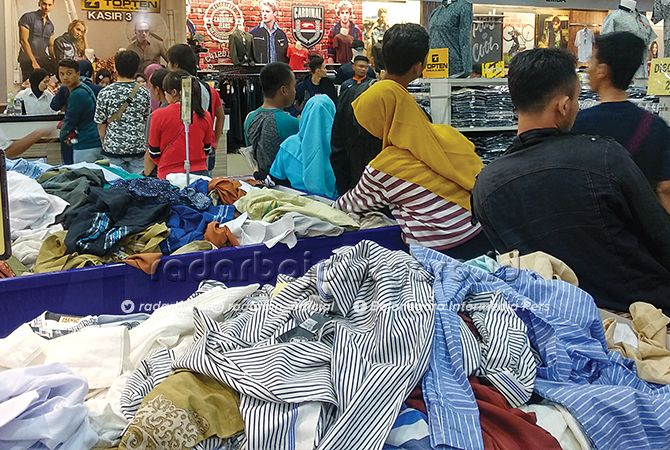 RAMAI: Tempat perbelanjaan modern kondisinya semakin ramai jelang Idul Fitri. Kondisi ini menjadikan perkonomian Bojonegoro bergeliat.