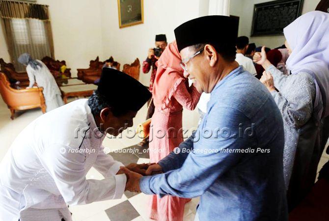 KEMBALI FITRI: Wakil Bupati Noor Nahar Hussein saat menerima open house di rumah dinas Jalan Sunan Bonang. Ini merupakan tahun keempat wabup menggelar open house di rumah dinas.