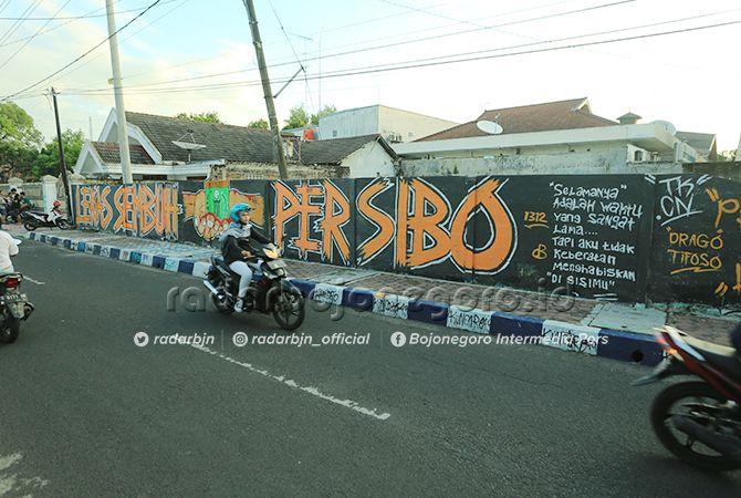 RINDU PERSIBO: Para suporter menggambar mural di Jalan dr Sutomo,demi kebangkitan Persibo.