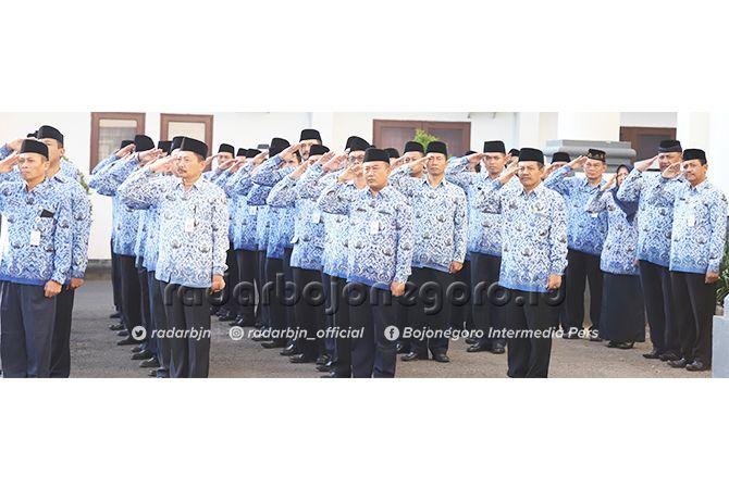 AWAS JANGAN BOLOS: Para PNS di lingkup Pemkab Tuban usai mengikuti apel di halaman kantor Pemkab Tuban Jalan RA Kartini.