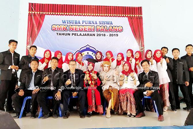 SMKN PALANG BISA: Kepala SMKN Palang Dra. Hj. Mariya Ernawati, MM. pose bersama keluarga besar tenaga pendidik SMKN Palang.