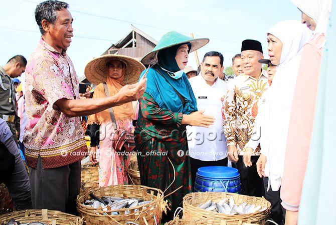 PERLU COLD STORAGE: Gubernur Jatim, Khofifah Indar Parawansa (dua dari kanan) mendengarkan keluhan tentang harga ikan yang murah di Pasar Ikan Lamongan kemarin (13/6).