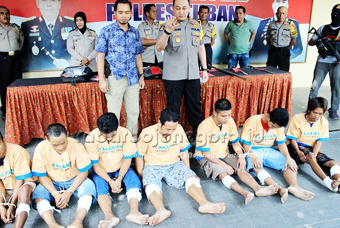 EKSPOS TERSANGKA: Tujuh pelaku pencurian yang diungkap Satreskrim Polres Tuban.