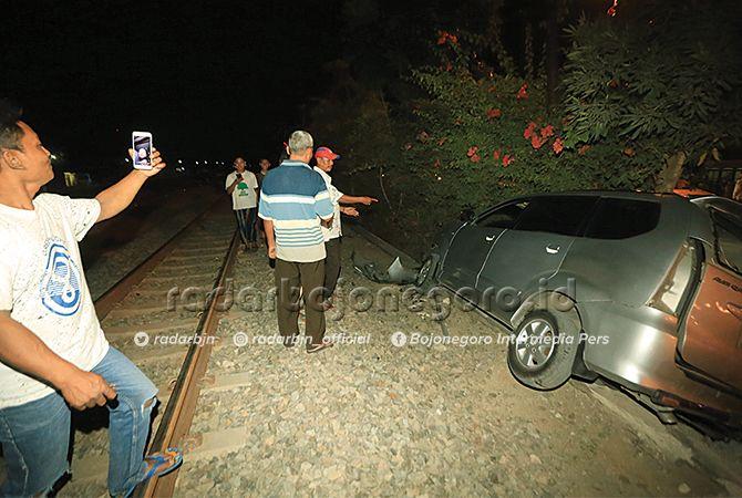 NITIZEN VIDEO CALL: Seorang warga sempat melakukan video call melalui smartphone atas peristiwa kecelakaan Avanza versus kereta api di Desa Plesungan kemarin petang (14/6).