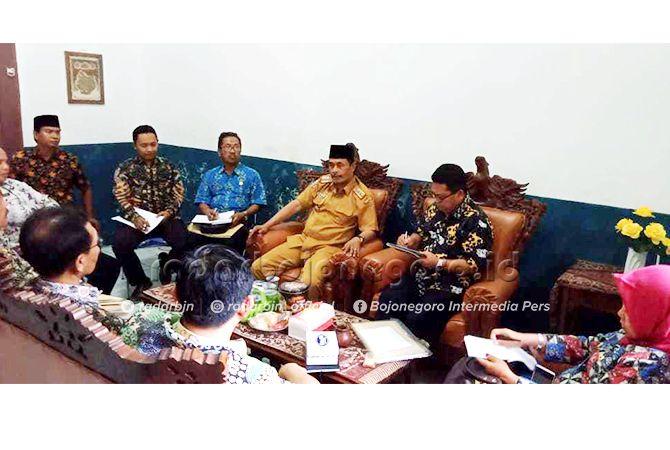 DUDUK SATU MEJA: Mediasi polemik PPDB SMKN Tambakboyo di kantor Cabdisdik Tuban yang dipimpin langsung Kepala Cabdisdik Wilayah Bojonegoro-Tuban Adi Prayitno kemarin (18/6).