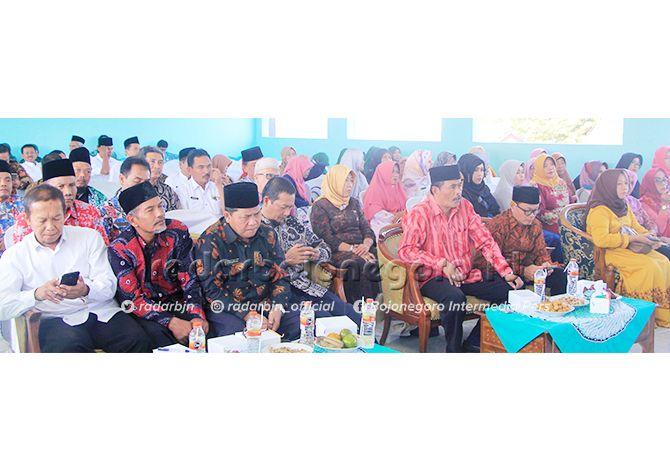 KOMPAK: Kacabdisdik Wilayah Bojonegoro Tuban Adi Prayitno bersama para kepala SMA/SMKN dalam kegiatan halalbihalal yang berlangsung di SMAN 1 Soko, kemarin (19/6).