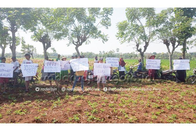 TOLAK PENGUKURAN: Warga yang berusaha menghalangi tim BPN yang hendak mengukur lahan untuk kilang GRR kemarin (22/6).