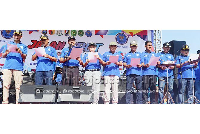 BERSAMA LAWAN NARKOBA: Bupati Fathul Huda memimpin pembacaan deklarasi lawan narkoba bersama para pejabat forkopimda yang diikuti oleh seluruh peserta jalan sehat.