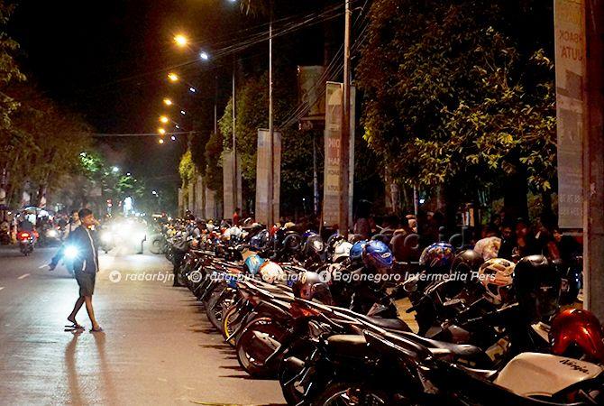 BERLANGGANAN?: Deretan motor parkir di utara Alun-Alun Bojonegoro. Pendapatan parkir akan ditata kembali.