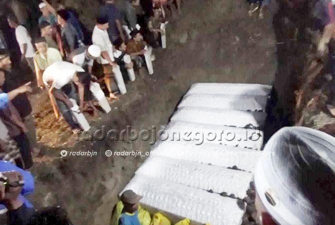 SATU LIANG LAHAT: Pemakaman tujuh korban  kecelakaan lalu lintas di Desa Klero, Kecamatan Tengaran, Semarang dalam satu liang lahat di pemakaman umum Desa Sumberdadi, Kecamatan Mantup Minggu (23/6) malam.