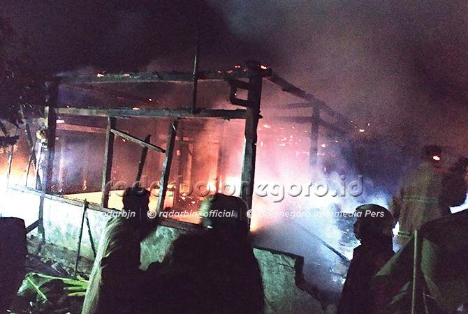 HANGUS: Kebakaran menimpa dua rumah di Desa Manukan, Gayam, Sabtu malam.