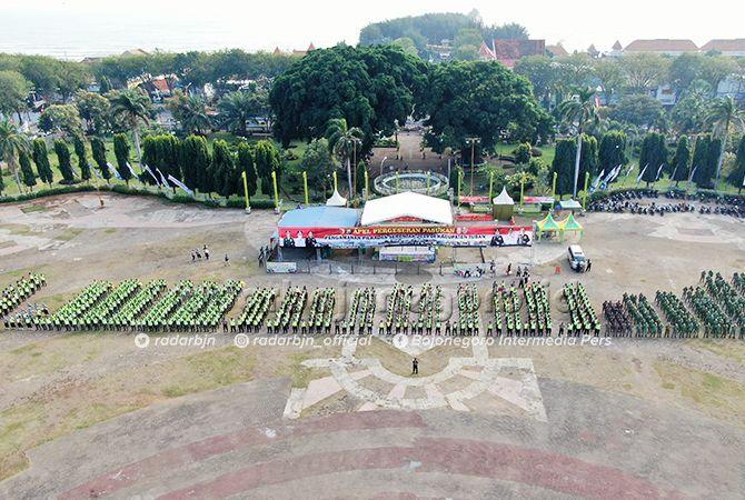 MULAI DISIAGAKAN: Apel pergeseran pasukan pengamanan Pilkades serentak kemarin (8/7) di Alun-Alun Tuban.