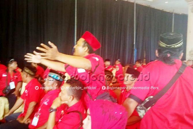 BANJIR PROTES: Para kader PDIP Bojonegoro saat konfercab kemarin (7/7). PAC menolak keputusan DPP yang memilih Abidin Fikri.