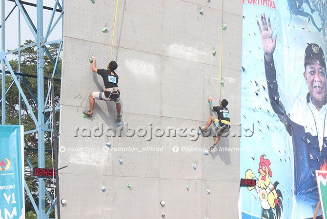 PERUNGGU: Atlet panjat tebing Lamongan (kanan) bertanding nomor speed klasik perorangan putra.