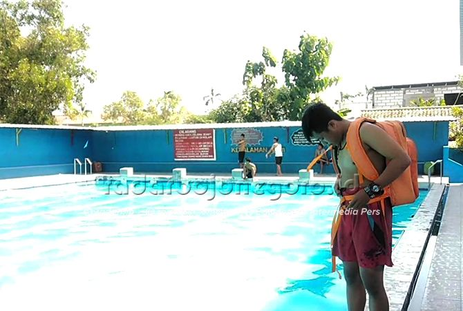 UJI COBA: Fajar saat uji coba tas mengapung di kolam renang.