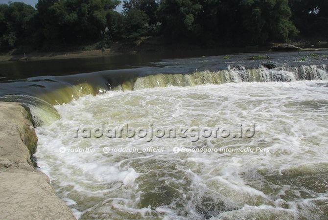 SENSASI ALAM: Dasar Sungai Bengawan Solo ini membentuk air terjun mini. Pengunjung membludak ketika sore menikmati wisata musiman.