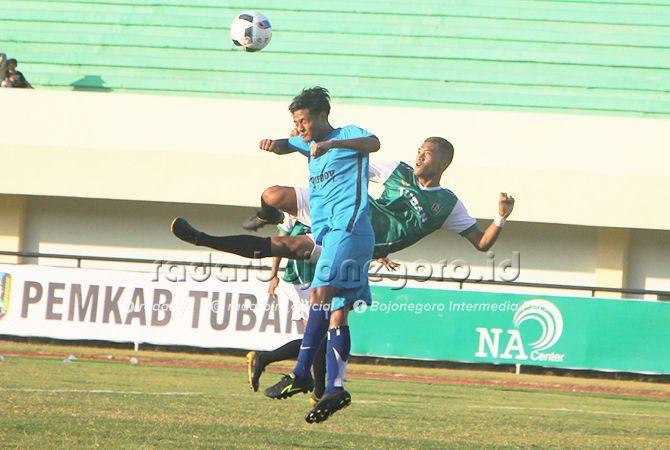 DEMI MEDALI: Nurul Ulum, striker Tuban (hijau) berusaha menendang bola dengan salto. Dia jadi tumpun lini depan.