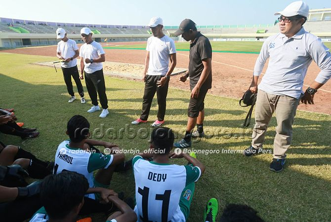 TIM PELATIH: Dari kiri, Sulkan Arif, Yudi Hariyanto, Edy Sutrisno, dan Ainur Rofiq merayakan kemenangan timnya yang meraih medali emas pada Porprov Jatim VI 2019 di Stadion Bumi Wali Tuban.