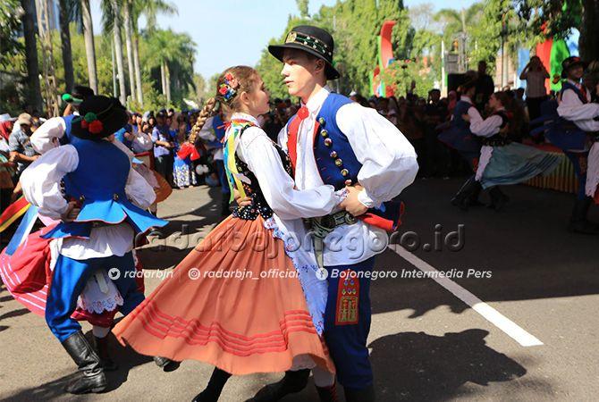 BIKIN HERAN: Para penari dari Bulgaria saat tampil penuh seksama di timur Alun-Alun Bojonegoro.