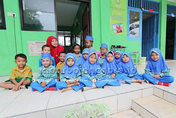 MURID PAUD bersama gurunya di salah satu sekolah binaan program Semai Benih Bangsa.
