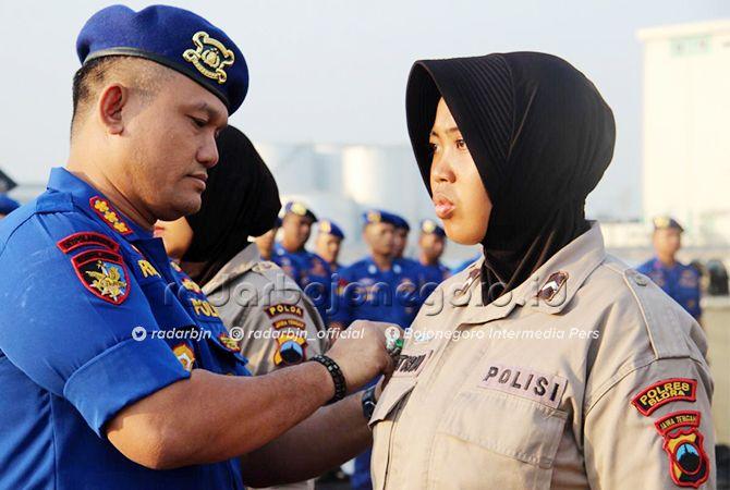 AKRAB DENGAN LAUT: Titis ketika mendapat penyematan. Awalnya perenang hingga ditunjuk ikut rekor menyelam di Manado.