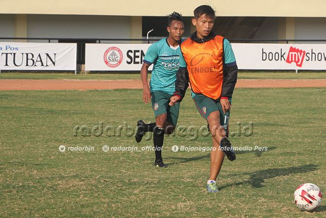 DIGANJAR KARTU MERAH: Agus Prasetyo (depan) saat berlatih di Stadion Bumi Wali. Dia absen saat melawan Madura FC karena sanksi kartu merah.