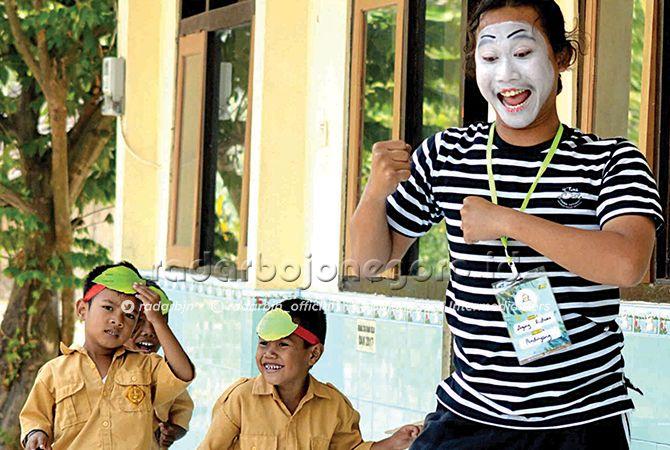 BERSEMANGAT: Agung Ridwan Asmaka asyik bermain pantomim bersama anak-anak SD.