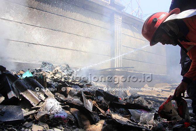 LUDES:Petugas damkar Tuban saat memadamkan gudang Hotel Mustika Tuban kemarin (13/8).