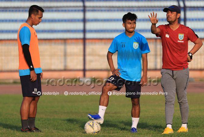 SIAP TAMPIL: M. Hambali Tholib (tengah) saat mengikuti latihan Persela dibawah arahan langsung Head Coach Nil Maizar du Stadion Surajaya kemarin (22/8).