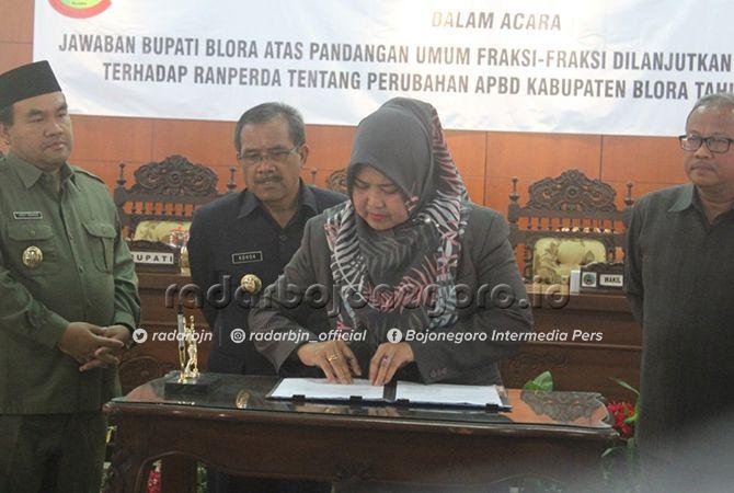 DITETAPKAN : Bupati Djoko Nugroho dan pimpinan DPRD Blora menandatangani penetapan P-APBD 2019.