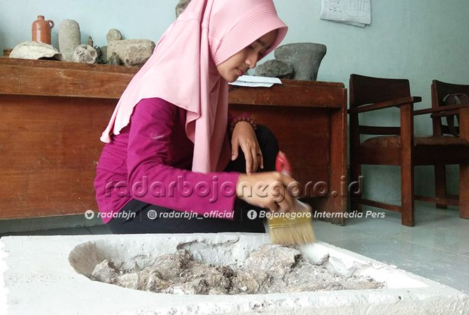 DIBERSIHKAN: Fosil yang diduga tulang paus purba ditemukan di Desa Kapuan, Kecamatan Cepu, ditempatkan di Rumah Artefak Blora untuk dibersihkan dan diteliti.