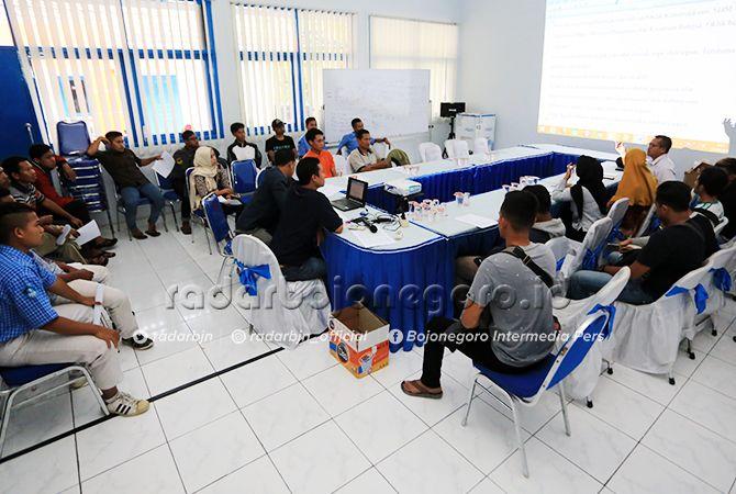SIAP BERATRAKSI: Perwakilan peserta saat menjalani technical meeting oklik di kantor Jawa Pos Radar Bojonegoro.